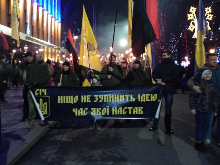 Националисты провели в столицы Украины факельное шествие вчесть дня рождения Бандеры