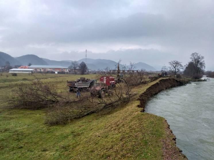 На Закарпатті розмило дамби двох річок (ФОТО, ВІДЕО)