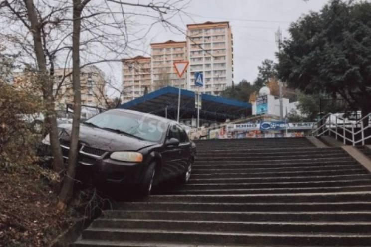 В центре Сочи автомобиль застрял на лест…