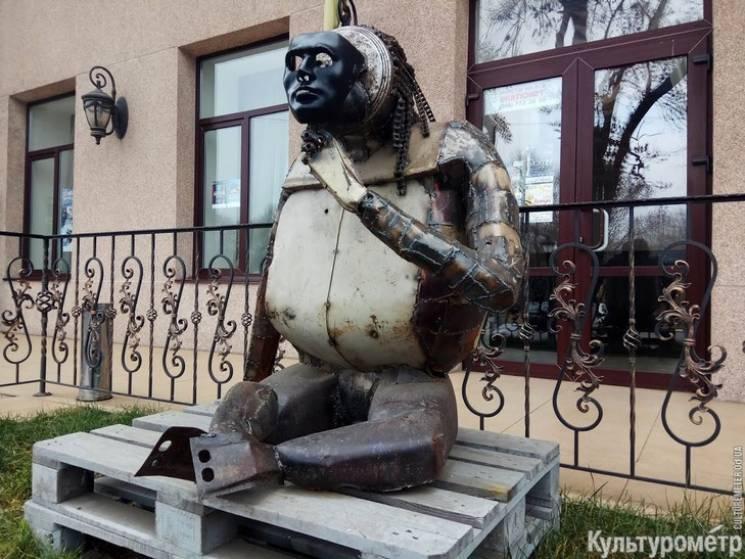 Нащо дарма викидати: В Одесі з металобрухту зліпили статую горили (ФОТО)