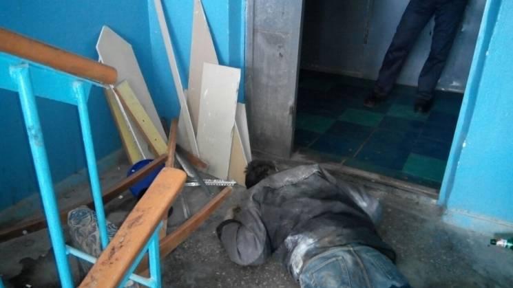 У Запоріжжі в багатоповерховому будинку виявили труп чоловіка (ФОТО 18+)