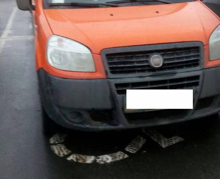 У Сумах біля торгового центру покарали недолугих водіїв