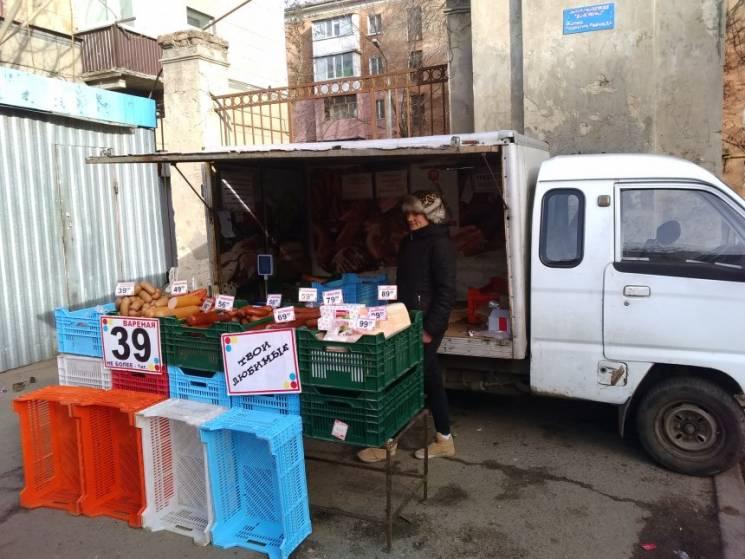 Ковбаса без холодильника та дешеві овочі: У Миколаєві перевірили стихійні ринки