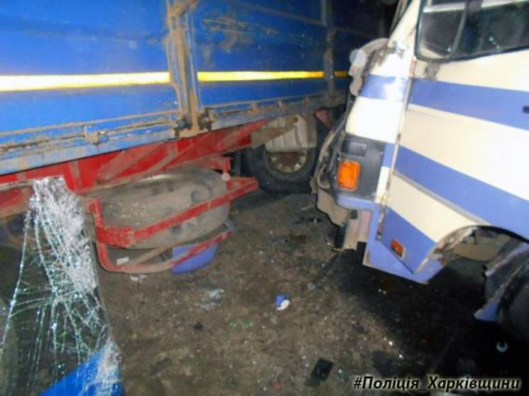 Оторвавшийся от грузового автомобиля прицеп врезался вавтобус спассажирами (Обновлено, ФОТО)