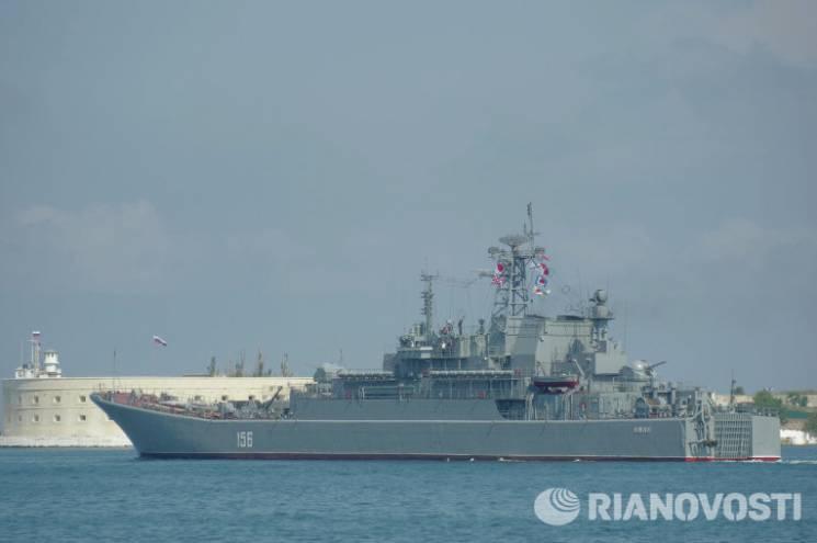 Військовий корабель окупантів протаранили на шляху до Криму