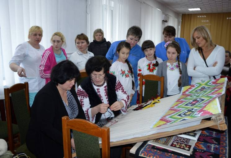 У Кропивницькому військові долучилися до створення тканої мапи Криму
