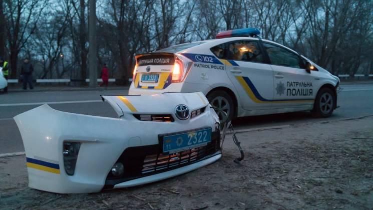 У Дніпрі патрульна автівка втратила бампер через ДТП