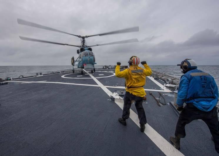 У Чорному морі українська авіація потренувалася з американським есмінцем (ФОТО)