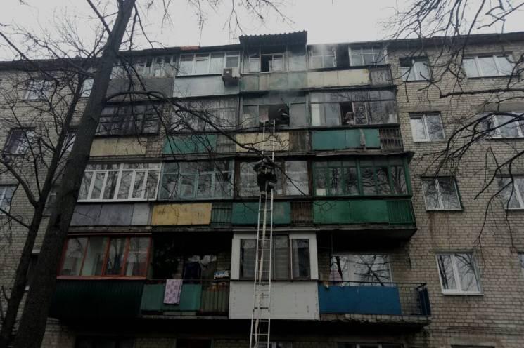 Під Харковом із палаючої багатоповерхівки евакуювали людей (ФОТО)