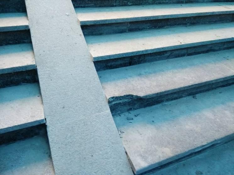 Щойно відремонтовані сходи у полтавському переході вже розбиті (ФОТО)