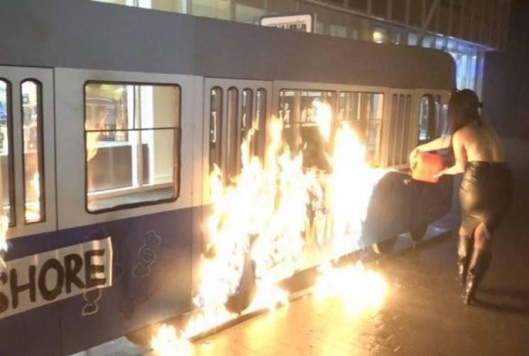 """Разом з """"феменкою"""", яка спалила трамвайчик на Соборній, судитимуть вінничанина"""