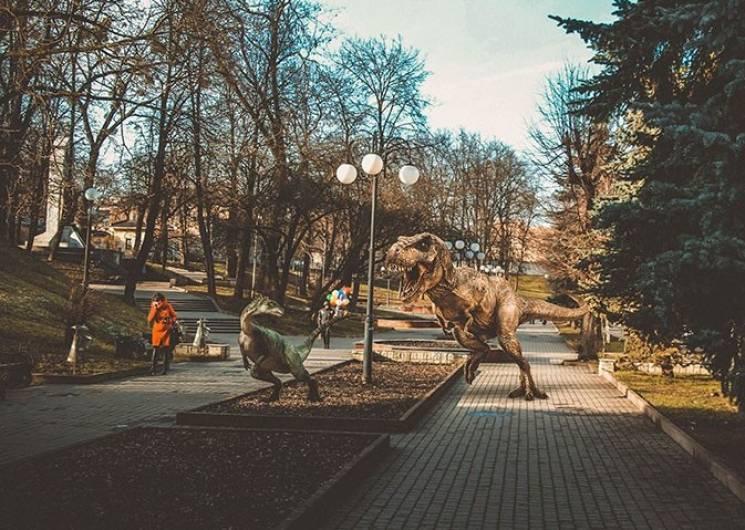 """На вулиці Івано-Франківська """"підселили"""" динозаврів (ФОТО)"""