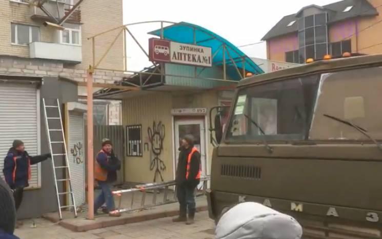 """У Хмельницькому """"зник"""" кіоск на зупинці в центрі міста (ВІДЕО)"""