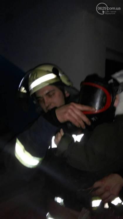 В Мариуполе начался пожар в многоэтажке, есть пострадавшие (ФОТО, ВИДЕО)