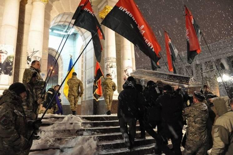 """Як на Майдані Незалежності прощалися із загиблим в Авдіївці бійцем """"Правого сектора"""" (ВІДЕО, ФОТО)"""