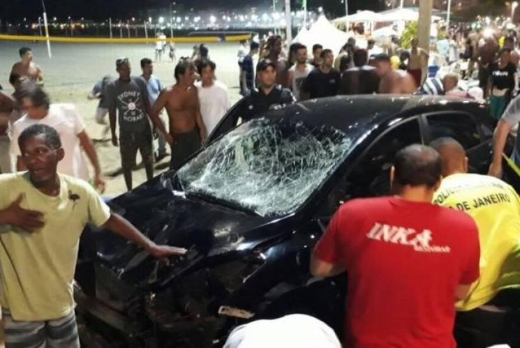 У Ріо-де-Жанейро автомобіль в'їхав унатовп, є постраждалі