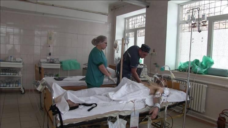 """Бій під Широкіним: У Маріуполі сім годин рятували життя полоненому бойовику """"ДНР"""" (ВІДЕО)"""