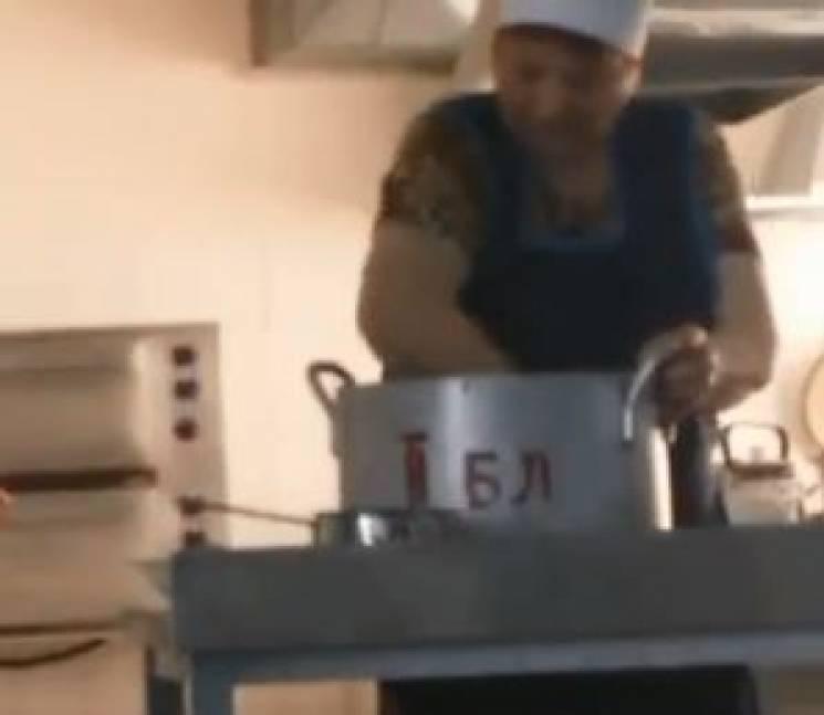Скандал зі шкільним харчуванням: НаДніпропетровщині дітей годують «зрук» (ВІДЕО)