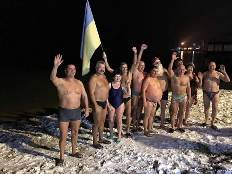 Бердянские моржи встретили Новый год заплывом в море (ФОТО)