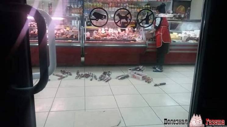 У Новомосковську продавець переклала ковбасу з прилавка на підлогу (ФОТО)