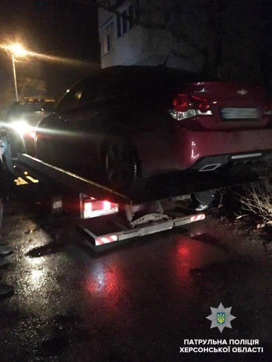 У Херсоні п'яний, як чіп, водій ледь не збив чоловіка (ФОТО)