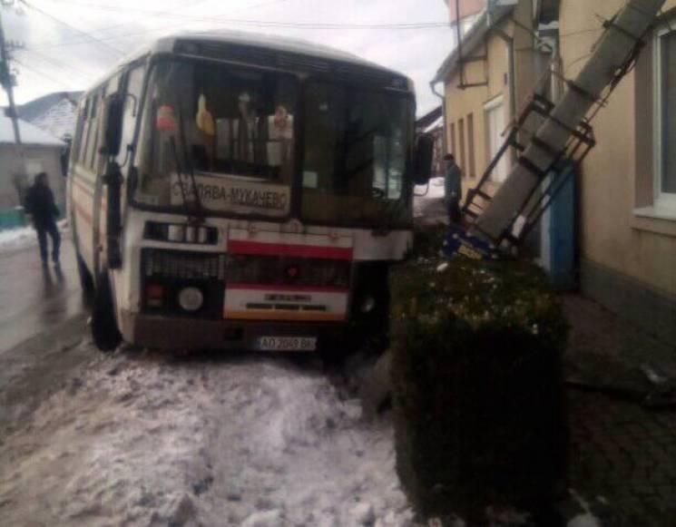 """Автобус """"Свалява - Мукачево"""" врізався у…"""