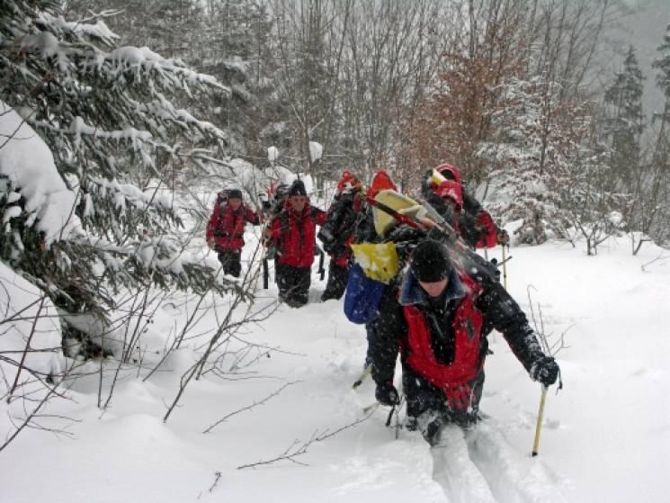 На Різдво у Карпатах заблукали 5 туристів: Пошуки трьох ще тривають