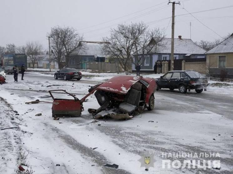 """Поліція розшукує свідків ДТП: Вантажівка """"розірвала"""" легковик навпіл (ФОТО)"""
