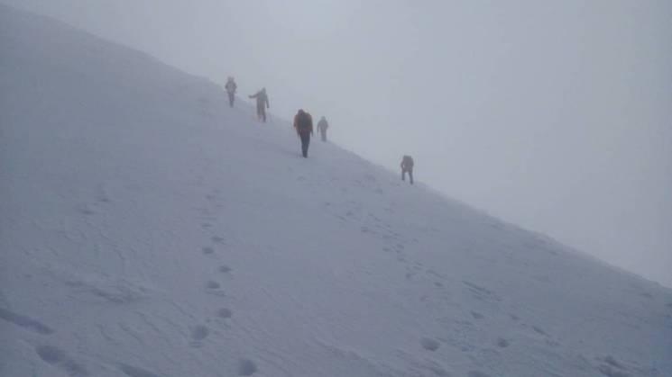 Рятувальники третю добу шукають зниклого в горах лижника