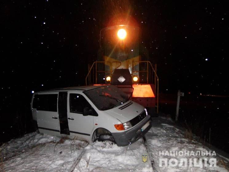 На Буковині мікроавтобус потрапив під локомотив (ФОТО)