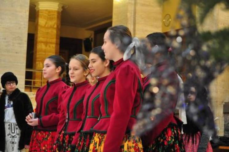 Різдвяні традиції: У Закарпатській ОДА виступили колядники зі Словаччини (ФОТО)