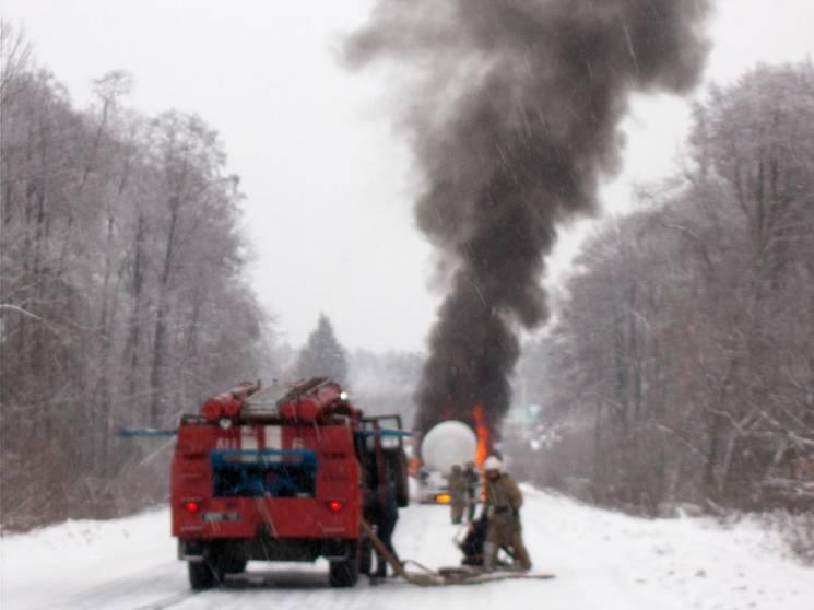 На Полтавщині десятеро бійців ДСНС гасили палаючу вантажівку (ФОТО)
