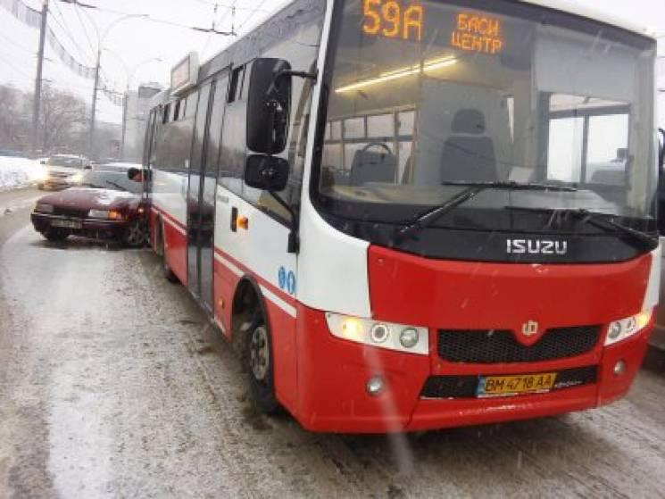 У Сумах в комунальний автобус влетів легковик