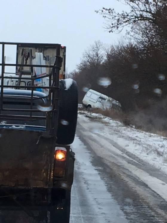 На трасах Миколаївщини через ожеледь авто потрапляють у численні ДТП (ВІДЕО)