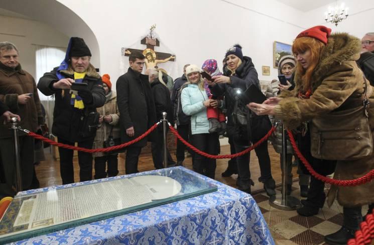 """Томос повернувся в Україну і розпочав """"турне"""" з Рівного (ФОТО)"""