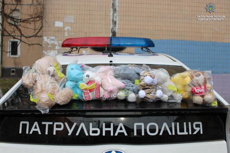 Одеські патрульні закликають одеситів поділитися з ними м'якими іграшками