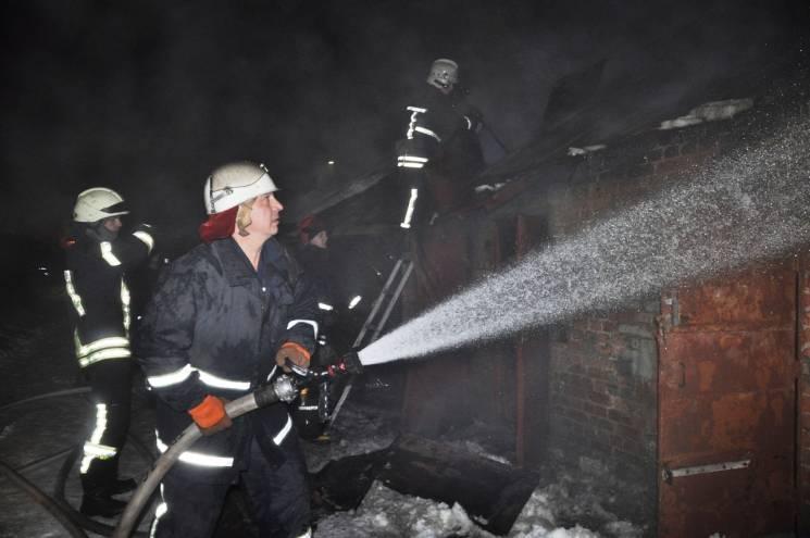 У Кропивницькому на Соборній вночі вигоріли близько 20 старих комор (ВІДЕО)