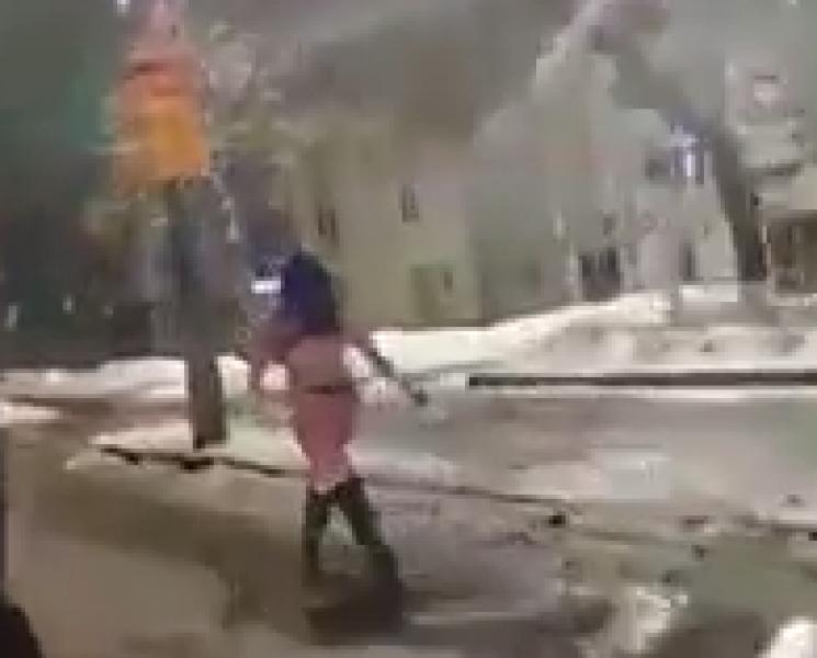У Кропивницькому геть гола дівчина йшла вулицею біля мерії (ВІДЕО)