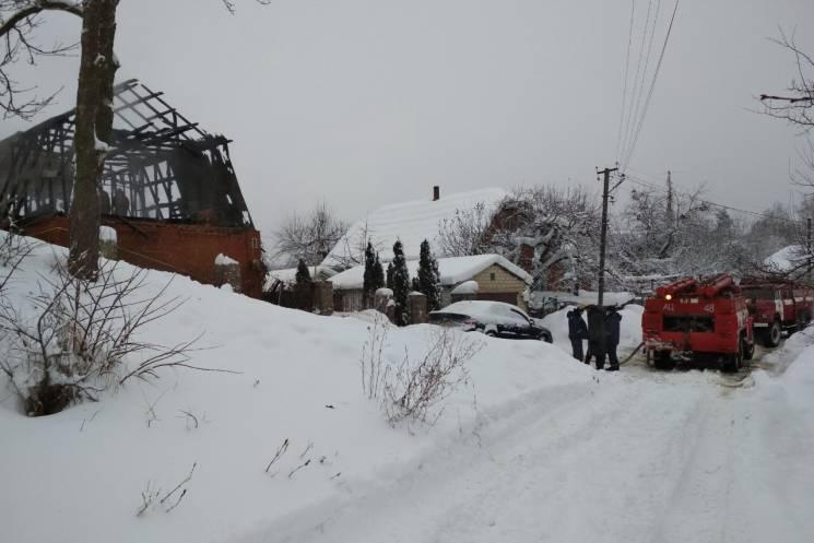 На Харківщині вогонь знищив будинок: Постраждало подружжя (ФОТО)