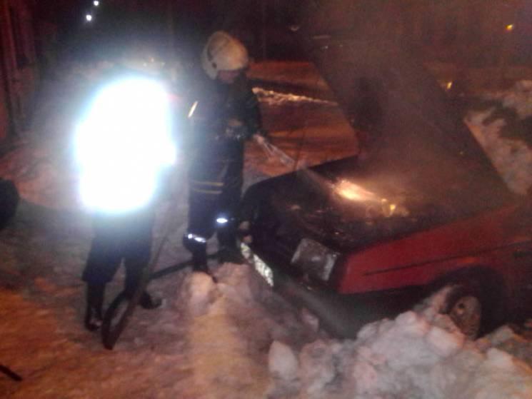 У Кременчуці посеред вулиці спалахнув легковик