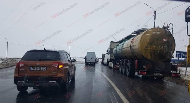 Через негоду півсотні машин застрягли на блокпосту під Бердянськом (ФОТО)