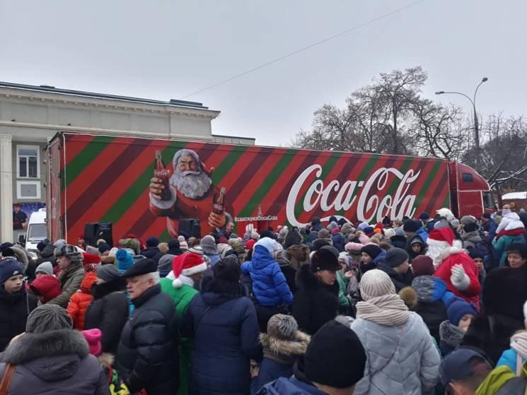 """До Хмельницького приїхала святкова вантажівка """"Кока-кола"""" (ФОТО)"""