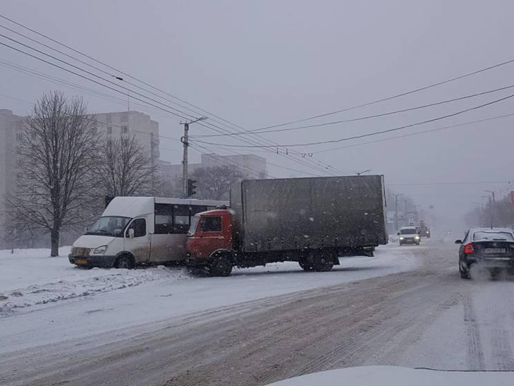 """У Кропивницькому зітнулися фургон Iveco та мікроавтобус """"Рута"""""""