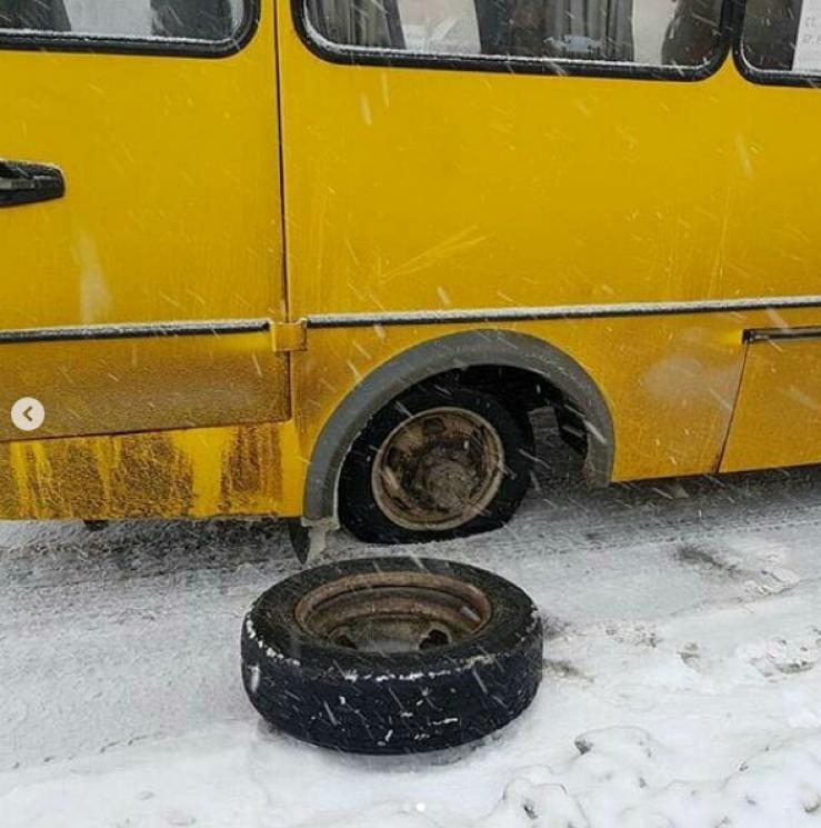 У Кропивницькому в маршрутки №108 на Комарова відвалилось колесо (ФОТО)