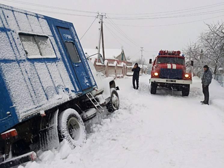 На засніжених дорогах Дніпропетровщини у снігових заметах застрягли зо два десятки автівок