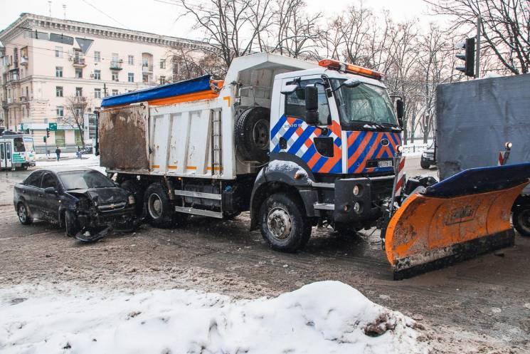 У центрі Дніпра снігоприбиральна машина…