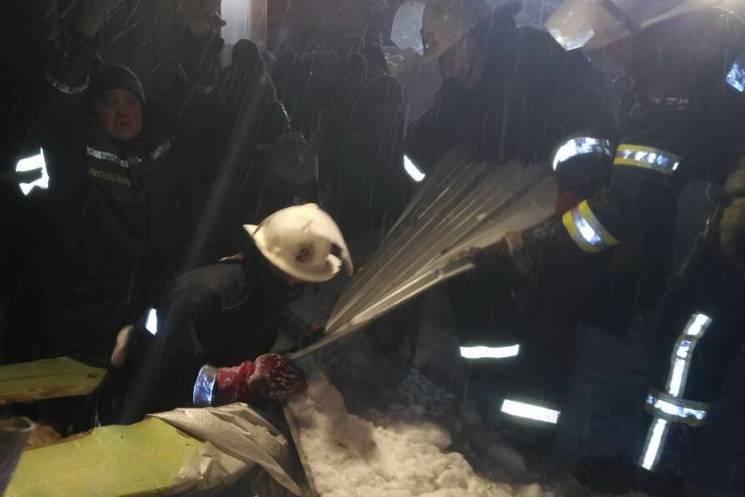 Рятувальники показали, як діставали скривавлених людей з-під обваленого павільйону в Харкові (ВІДЕО)