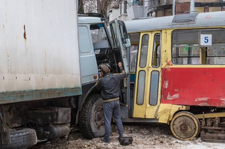 У центрі Дніпра вантажівка протаранила трамвай: Пасажирка потрапила до лікарні (ФОТО)