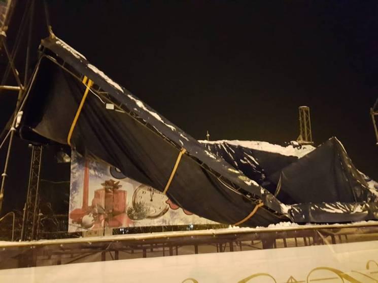 На Харківщині снігопад завалив головну міську сцену, збудовану для проведення свят (ФОТО, ВІДЕО)