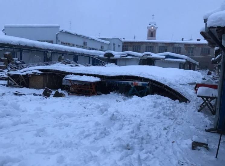 """У Хусті на ринку павільйон не витримав снігового""""натиску"""" (ФОТО, ВІДЕО)"""